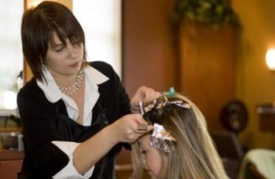 Техника брондирования волос представляет собой весьма долгий и сложный процесс