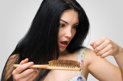 При алопеции кончик волоса может иметь белое утолщение, что указывает на временный характер проблемы