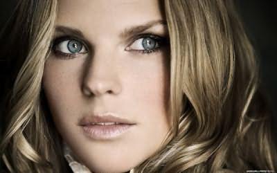 Фото: серые глаза отлично сочетаются со многими оттенками