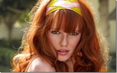 Веснушки у девушки на фото почти незаметны на фоне ярко-рыжих волос