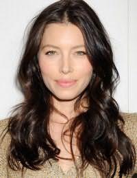 Девушкам с зелеными глазами прекрасно подойдет легкий дневной макияж в натуральных оттенках и волосы средней длины, окрашенные в холодный темно-каштановый цвет