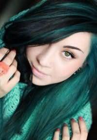 Креативный зеленый цвет волос средней длины станет интересным дополнением образа зеленоглазой девушки, и будет хорошо сочетаться с макияжем глаз в зеленых тонах и светло-розовой помадой