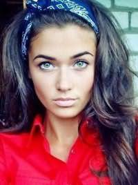 Длинные густые волосы, окрашенные в пепельно-синий оттенок, и уложенные в стиле пин ап отлично смотрятся в тандеме с макияжем серо-зеленых глаз с широкими стрелками