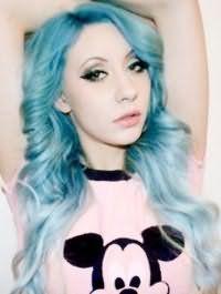 Яркий голубой цвет длинных волос, уложенных в крупные локоны, создаст для девушек с зелеными глазами креативный образ, сочетаясь с широкими черными стрелками и помадой персикового оттенка