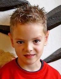 Прическа для мальчика на короткие волосы с челкой