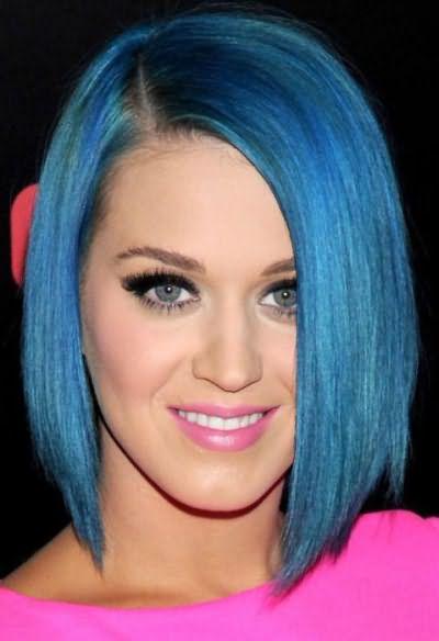 девушка с голубыми волосами и глазами