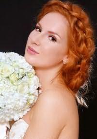 Идея свадебного макияжа в золотисто-коричневых тонах изумительно дополнит торжественный образ в сочетании с длинными волосами рыжего цвета, уложенными в элегантную прическу с плетением