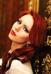 Яркий макияж в темных тонах со стрелками и красной помадой гармонично дополнит свадебный макияж для обладательниц длинных волос огненно-рыжего цвета