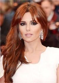 Длинные рыжие волосы с удлиненной челкой будут хорошо сочетаться с макияжем смоки айс в темно-коричневых тонах, создавая красивый макияж на свадьбу