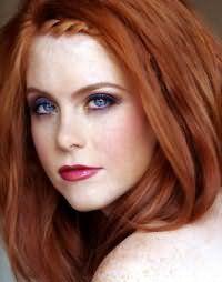 Свадебный макияж в серо-фиолетовой гамме и акцентом на губах красного цвета идеально гармонирует с прямыми рыжими волосами средней длины