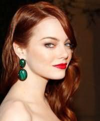 Идея повседневного макияжа в виде тонких стрелок на глазах серого цвета и акцентом на красных губах для девушек с длинными волосами рыжего оттенка