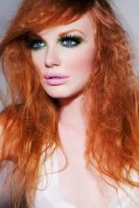Яркий макияж в зеленых оттенках подойдет обладательницам голубых глаз и волнистых рыжих локонов с удлиненной косой челкой