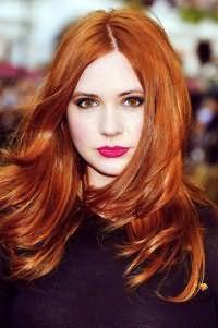 Макияж на каждый день в светлых оттенках для карих глаз можно разнообразить акцентированием губ с помощью ярко-фиолетовой помады, что прекрасно дополнит волосы рыжего цвета