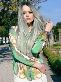 Женские длинные волосы серого цвета