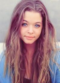 Вариант модного оттенка длинных волос, небрежно уложенных с помощью пенки, с колорированием прекрасно сочетается с голубым цветом глаз