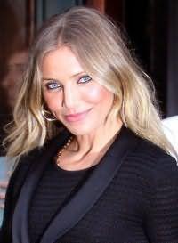 Длинные волосы холодного пепельно-русого оттенка с мелированием станут отличным вариантом для светлой кожи и голубых глаз, выделенных черными стрелками
