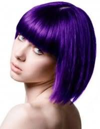 Креативный фиолетовый цвет волос для стрижки каре с прямой челкой на средние волосы гармонично смотрится с дневным макияжем в светлых тонах для голубых глаз