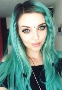 Модный голубой цвет волос для длинных локонов, дополненных косичками, гармонично смотрится в сочетании с макияжем в синих тонах для обладательниц голубых глаз