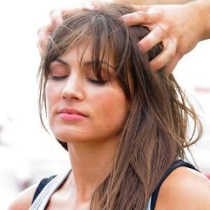 Массаж головы улучшает кровообращение и стимулирует рост волосков