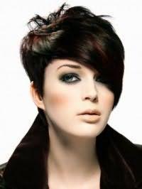 Женская креативная стрижка с косой челкой и мелированием для коротких волос черного цвета
