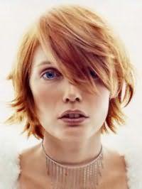 Способ укладки рваной стрижки с косой челкой на волосы рыжего оттенка