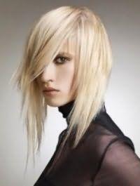 Женская креативная стрижка с асимметричными прядями и косой челкой на длинные светлые волосы