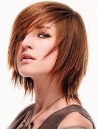 Креативная стрижка с челкой на бок на тонкие средние волосы медного оттенка