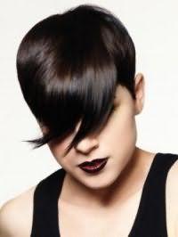Короткая креативная стрижка с удлиненной косой челкой для коротких волос черного цвета