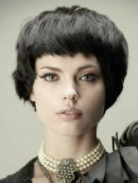 Женская рваная стрижка для средних волос черного цвета