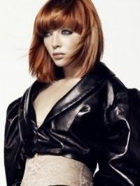 Идея креативной стрижки с густой челкой на прямые длинные волосы медно-рыжего оттенка