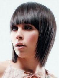 Креативная молодежная стрижка с густой челкой для прямых волос средней длины темно-каштанового оттенка