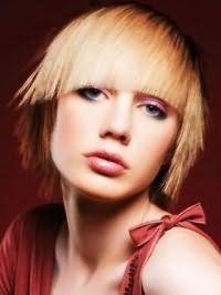 Стильная креативная стрижка с прямой челкой для прямых волос светло-русого оттенка