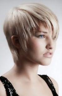 Короткая стрижка для тонких волос с асимметричной челкой станет прекрасным дополнением образа блондинки с голубыми глазами, выделенными серыми тенями