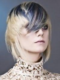 Оригинальная рваная стрижка для светлых средних волос с мелированной челкой