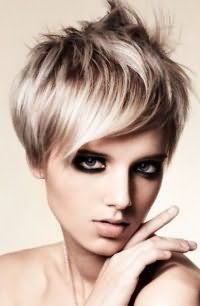 Роскошный вечерний макияж глаз в стиле смоки айс и помада натурального оттенка станут дополнением короткой стрижки для тонких волос, которая подойдет блондинкам с теплым цветотипом внешности