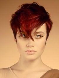 Ультрамодная креативная стрижка с удлиненной челкой для коротких волос красного тона