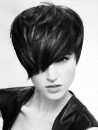 Идея креативной стрижкис асимметричной челкой на короткие темные волосы