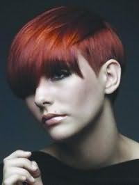 Вариант креативной женской стрижки для коротких волос огненно-красного тона