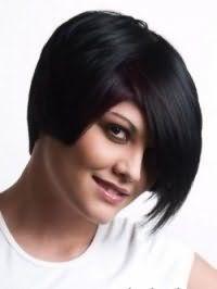 Модная креативная стрижка с косой челкой для средних волос черного оттенка