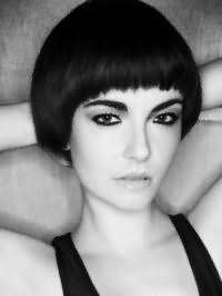 Женская креативная стрижка с прямой челкой для средних волос черного цвета