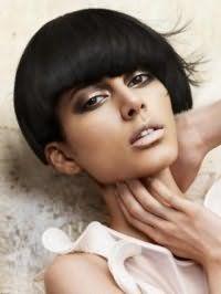 Модная креативная стрижка для прямых средних волос черного цвета