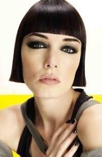 Макияж серых глаз в стиле смоки айс сочетается с блеском для губ светло-розового цвета и дополняет вечерний образ брюнетки с короткой стрижкой для тонких прямых волос черного цвета с широкой ровной челкой