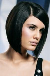 Великолепным вариантом для брюнеток станет стрижка удлиненное каре для тонких волос, с боковым пробором в сочетании с макияжем в розовой гамме