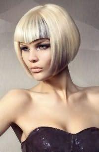 Стрижку для тонких волос оттенка блонд украсят креативная треугольная челка и колорирование серого тона и дополнят макияж зеленых глаз в стиле смоки айс в сочетании с помадой естественного цвета