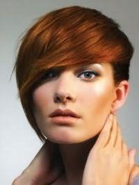 Рваная стрижка с косой челкой для коротких рыжих волос