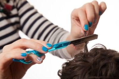 Процесс стрижки и филировки горячей бритвой