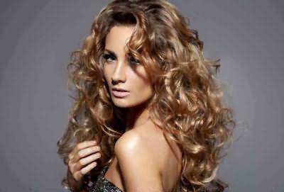 Для создания прически на длинные волосы с локонами рекомендуется использовать стайлинговые средства сильной фиксации