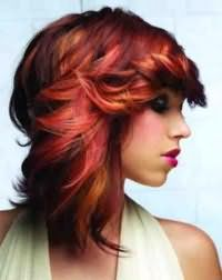 Эффектная стрижка двойное каре с челкой на бок для густых волос красного цвета