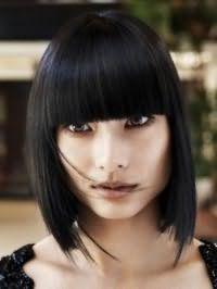 Удлиненный вариант стрижки каре для прямых волос черного цвета