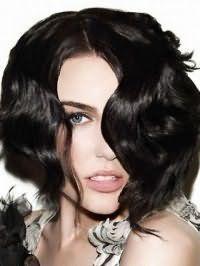 Стрижка каре с удлинением и вечерней укладкой для волос черного цвета